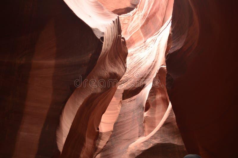Luce solare che splende nelle crepe del canyon dell'antilope in Arizona fotografia stock libera da diritti