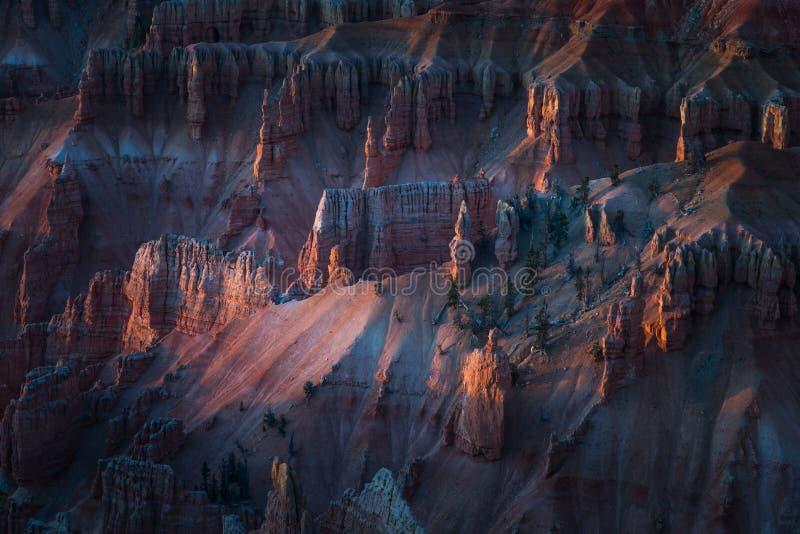 Luce solare che splende sulla formazione d'ardore dei menagrami durante il tramonto in Cedar Breaks National Monument, Brian Head fotografie stock libere da diritti