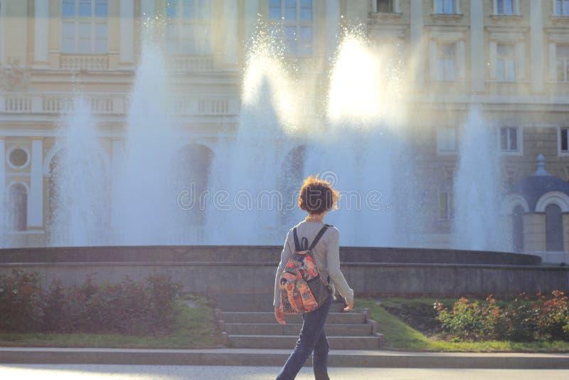 Luce solare che viene attraverso le correnti dell'acqua della fontana fotografie stock libere da diritti