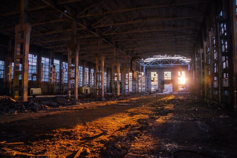 Luce solare del tramonto in grande fabbricato industriale abbandonato della fabbrica dell'escavatore di Voronež fotografia stock libera da diritti
