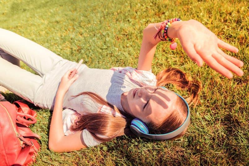 Luce solare di chiusura della ragazza scarna mora con la sua palma fotografie stock