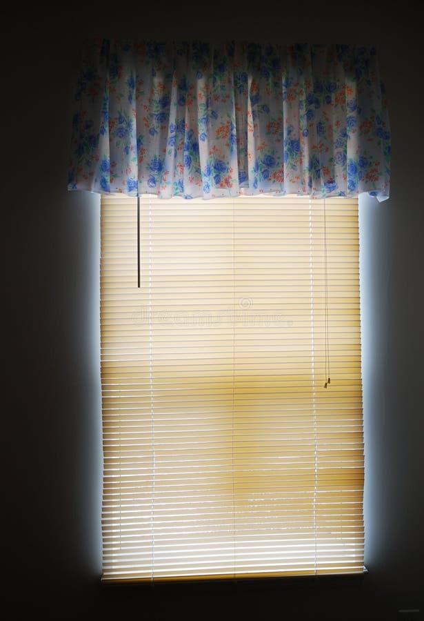 Luce solare sui ciechi di finestra fotografie stock