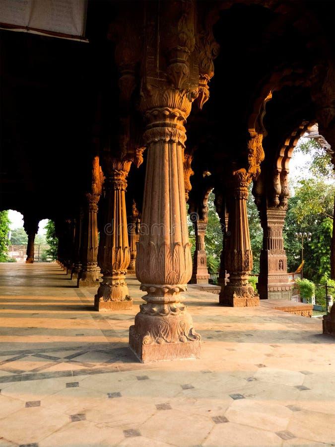 Luce solare sulle colonne di vecchia costruzione o fortificazione fotografie stock libere da diritti