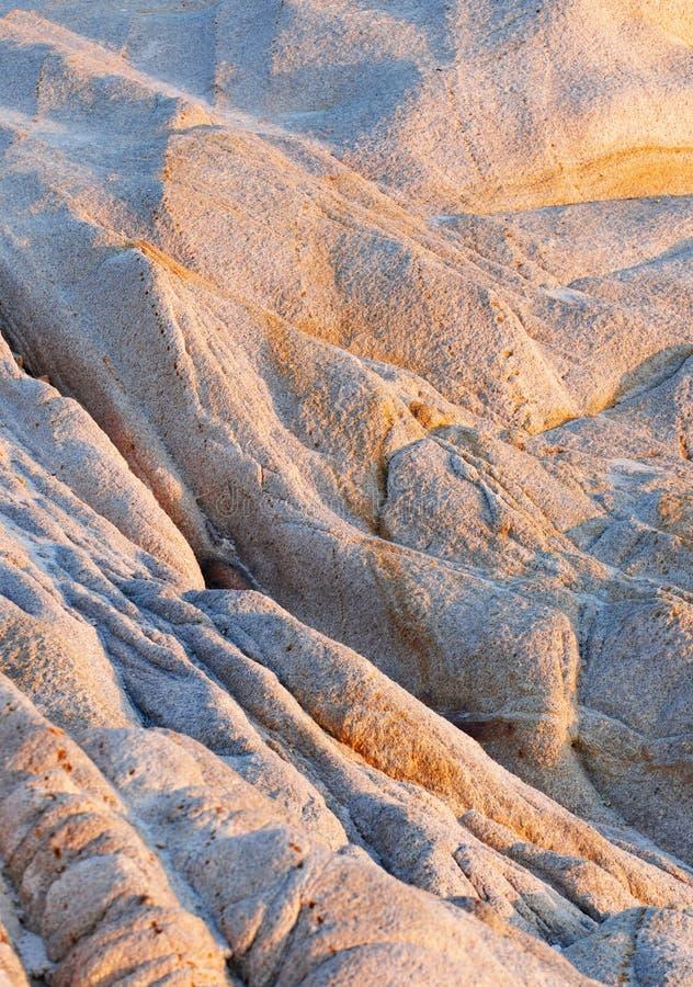 Luce solare sulle rocce della spiaggia fotografie stock libere da diritti