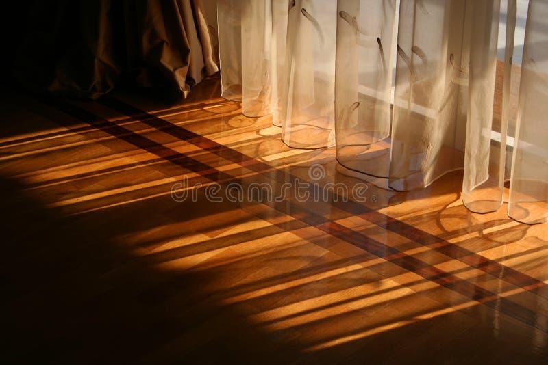 Luce solare tramite le tende fotografia stock libera da diritti