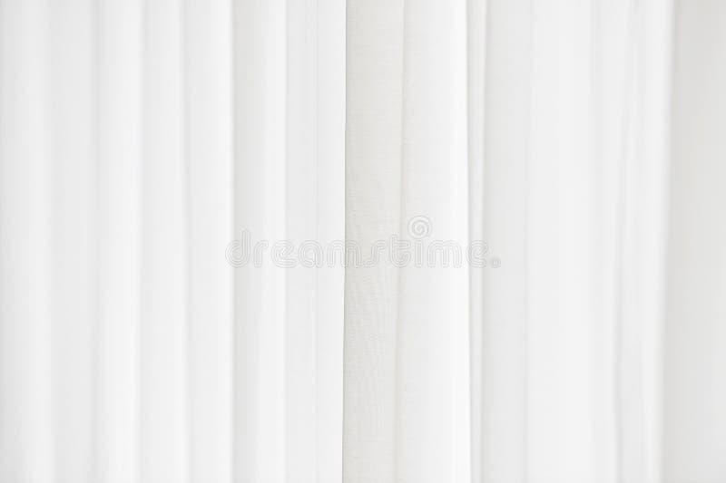 Luce solare tramite una tenda bianca immagini stock