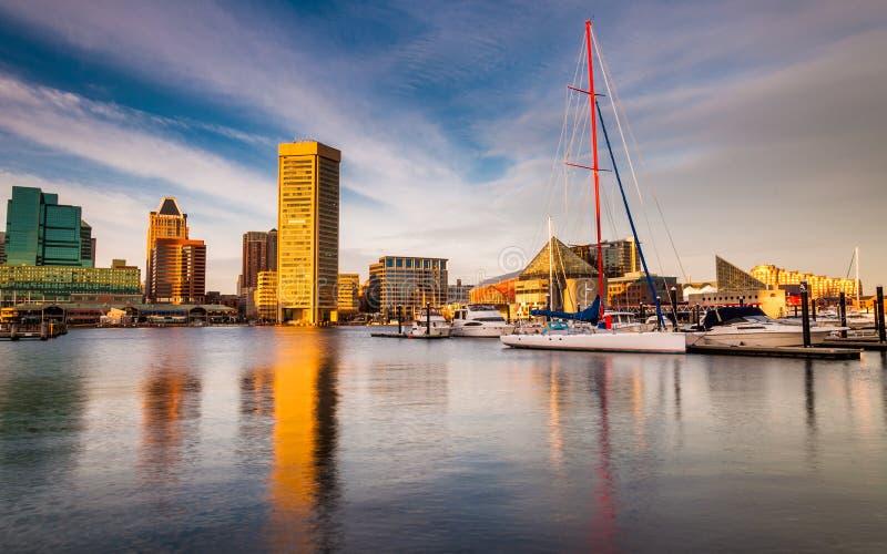 Luce sul porto interno, Baltimora, Maryland di sera. immagini stock libere da diritti
