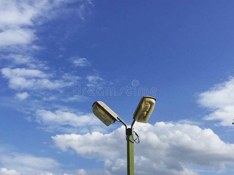 Luce sulla nuvola elettrica degli azzurri immagini stock