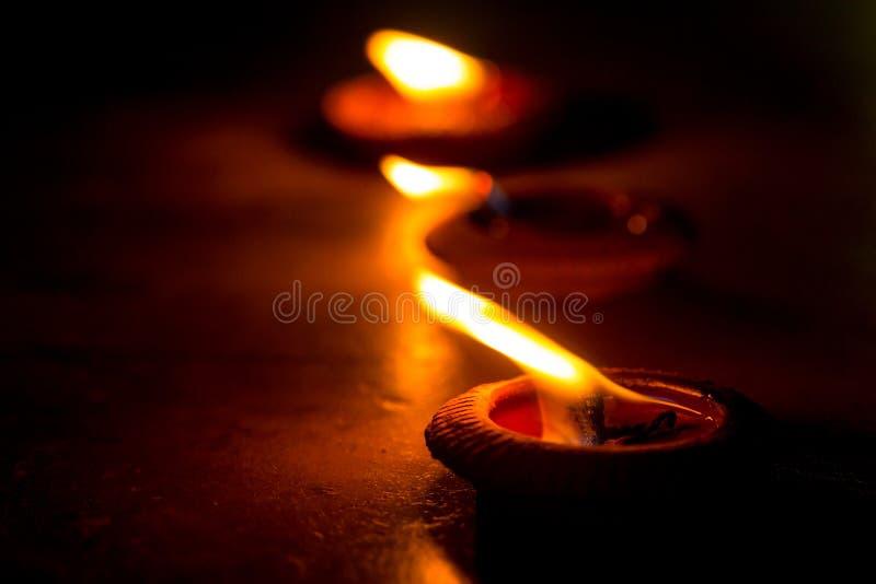 Luce tenue dell'ustione di lume di candela della lanterna del fuoco nella notte scura fotografie stock libere da diritti