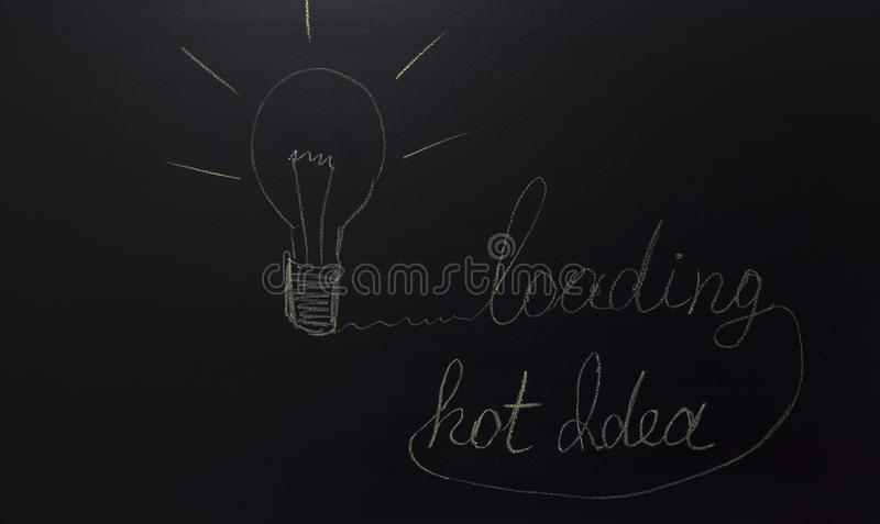Luce tirata sulla lavagna con il testo: idea e caricamento caldi illustrazione vettoriale