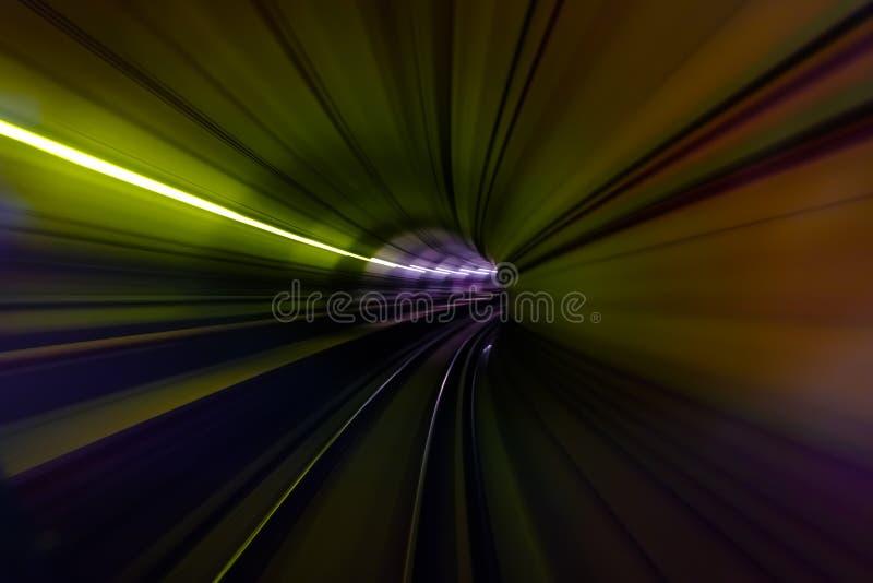 Luce variopinta in tunnel della vista di moto della sfuocatura del sottopassaggio fotografia stock libera da diritti