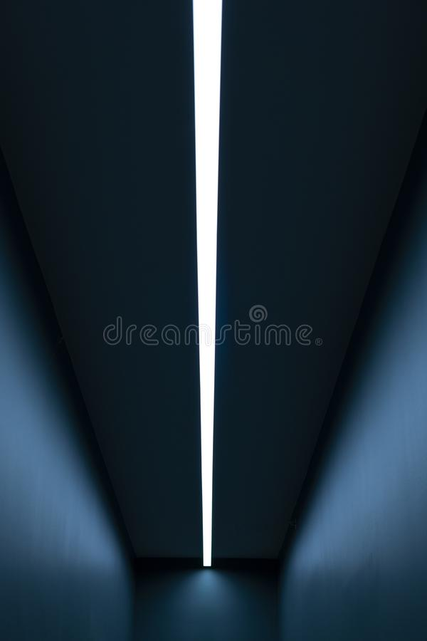 Luce verticale in una stanza blu lunga royalty illustrazione gratis