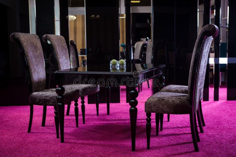 Lucentezza di legno del nero di colore della tavola tavola fatta di stile classico di legno scuro Tavola della serie classica del fotografia stock