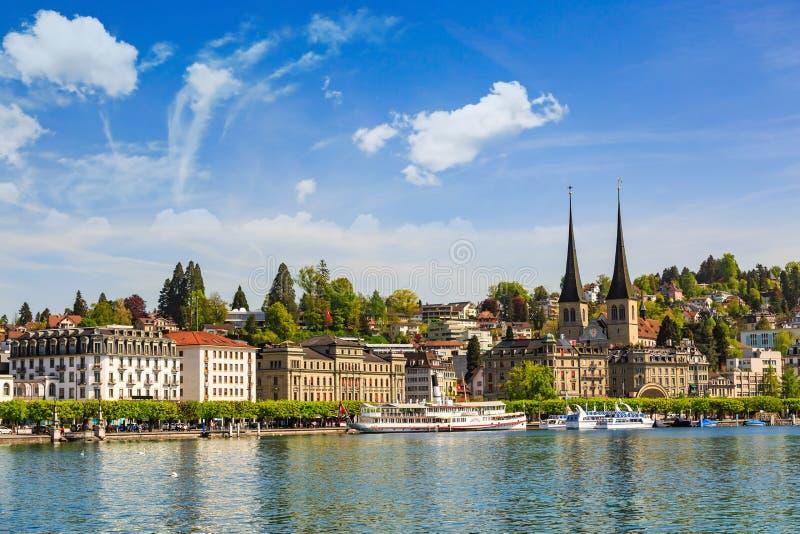 Lucerne lakefront på domstolkyrkan av St Leodegar royaltyfri foto
