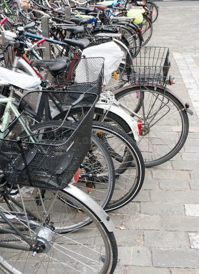 Lucerne LU/Schweiz - November 9, 2018: många olikt gör och skriver av cyklar tränger ihop cykelparkeringsplatsen på Lucerne royaltyfria bilder