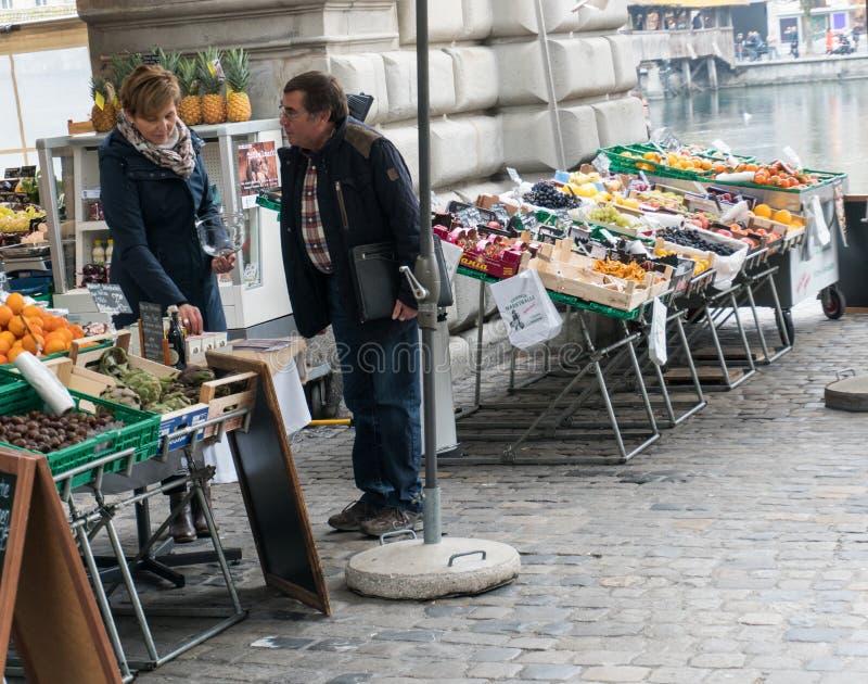 Lucerne LU/Schweiz - November 9, 2018: manköpandelivsmedel i staden av Lucerne på en frukt- och grönsakmarke för öppen luft arkivfoto