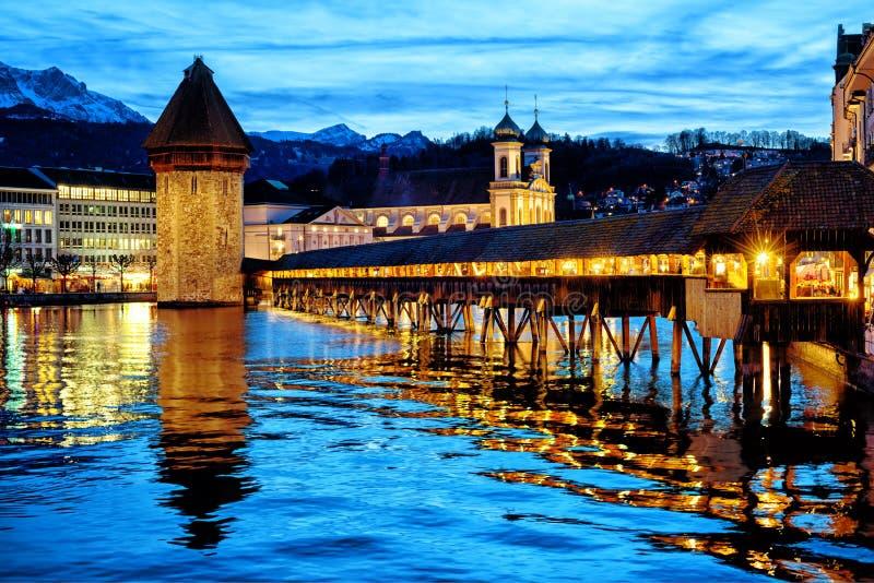 Lucerne, Schweiz, den gamla staden och kapellbro i det blåa ljuset för sen afton royaltyfri foto