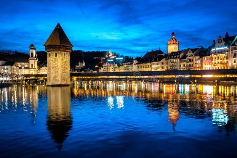 Lucerne, Schweiz, den gamla staden och kapellbro i det bl?a ljuset f?r sen afton fotografering för bildbyråer