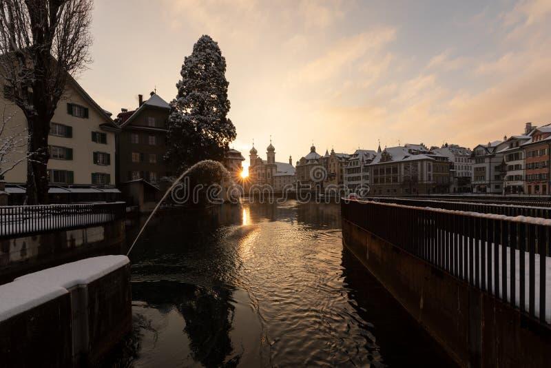Lucerne Schweiz, Februari 4, 2019: Lucerne med reussfloden och den historiska gamla staden på en underbar vintermorgondag royaltyfri fotografi