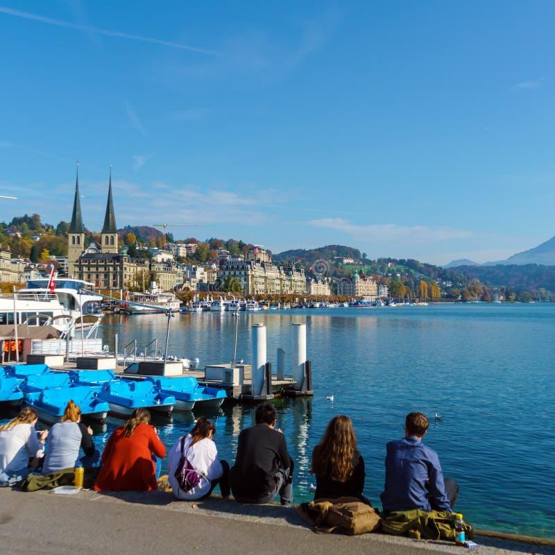Lucerne Schweiz - Oktober 19, 2017: Studenter äter lunch och royaltyfria foton