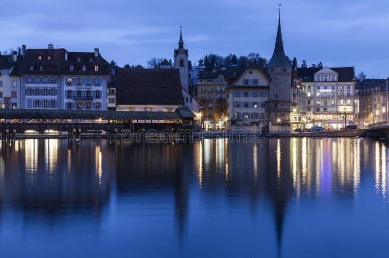Lucerny architektura wzdłuż Reuss rzeki Widzieć przy wschodem słońca luci obrazy stock
