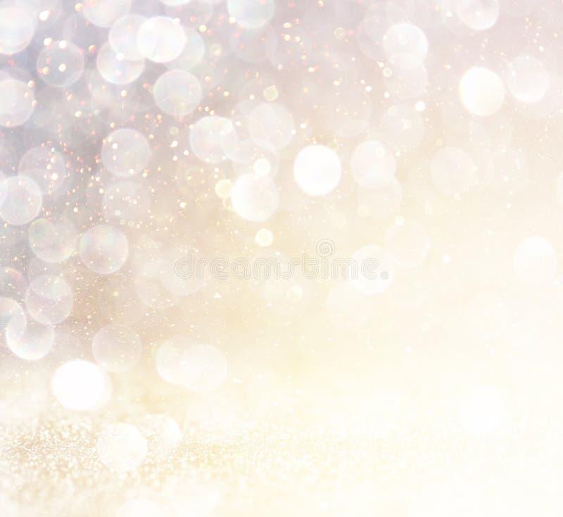 Luces abstractas blancas del bokeh de la plata y del oro Fondo Defocused fotografía de archivo