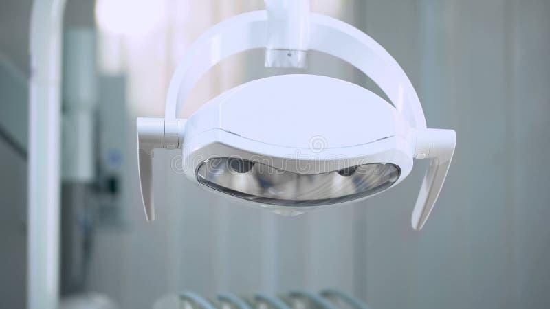 Luces ajustables modernas en el sitio de la cirugía, equipamiento médico, nueva tecnología foto de archivo libre de regalías