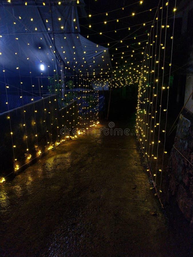 Luces al aire libre decorativas que cuelgan en la noche imagen de archivo