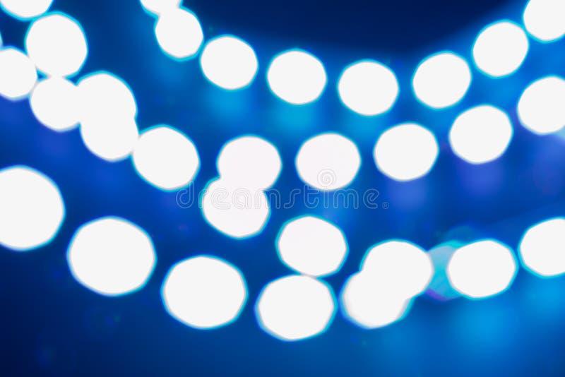 Luces azules brillantes del bokeh Fondo borroso festivo del invierno fotos de archivo