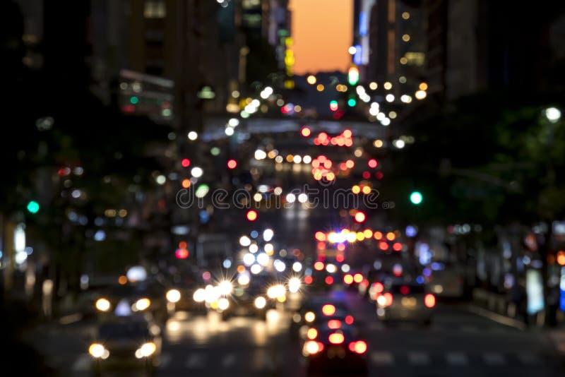 Luces borrosas abstractas de una escena ocupada de la calle de la noche en New York City imagen de archivo libre de regalías
