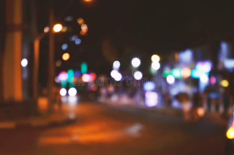 Luces borrosas de los coches del tráfico por carretera en la calle en Bodrum en la tarde fotos de archivo libres de regalías
