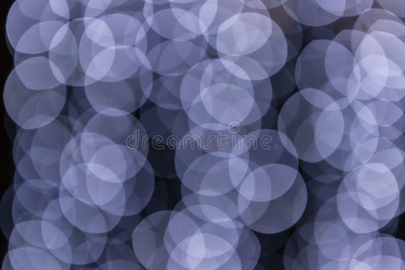 Luces borrosas en un fondo oscuro del bokeh imagen de archivo