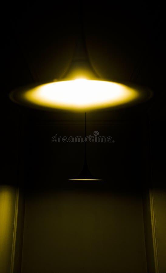 Luces brillantes en pasillo oscuro imagen de archivo libre de regalías