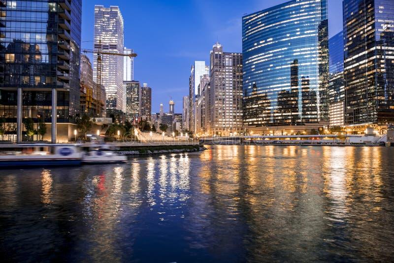 Luces céntricas hermosas de Chicago y del río fotos de archivo libres de regalías