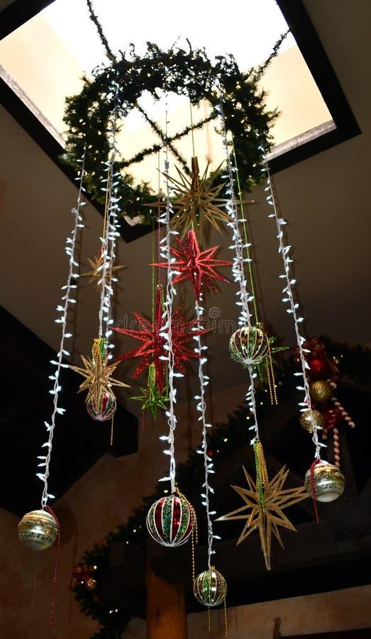 Luces colgantes con algunos ornamentos imagen de archivo libre de regalías