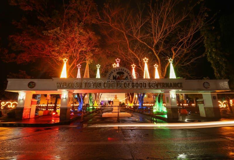 Luces coloridas en ayuntamiento del Naga en las Filipinas fotografía de archivo