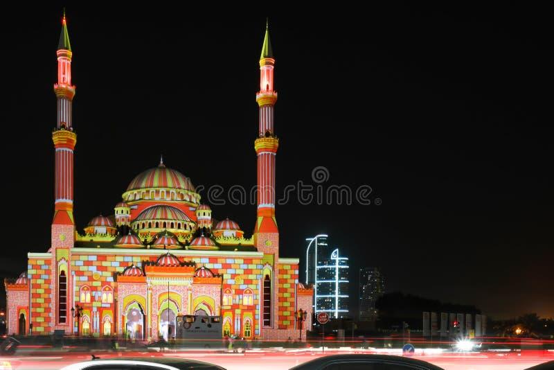 Luces coloridas hermosas que exhiben los modelos del este islámicos en una mezquita en la ciudad - festival hermoso de las luces  fotografía de archivo