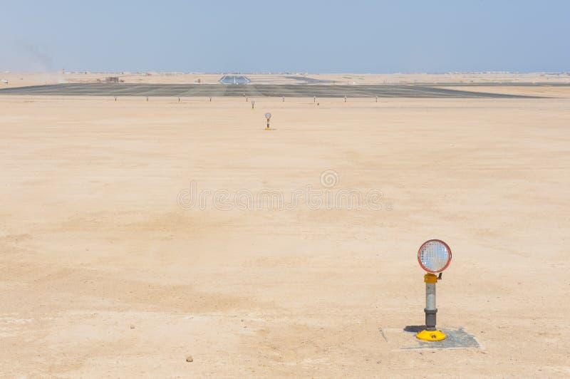 Luces de acercamiento en una pista del aeropuerto fotografía de archivo libre de regalías