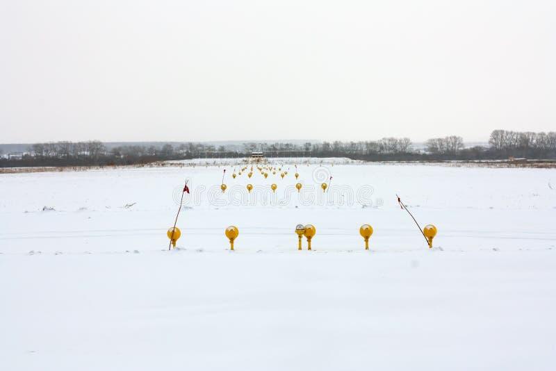 Luces de acercamiento de la pista del aeropuerto del invierno imágenes de archivo libres de regalías