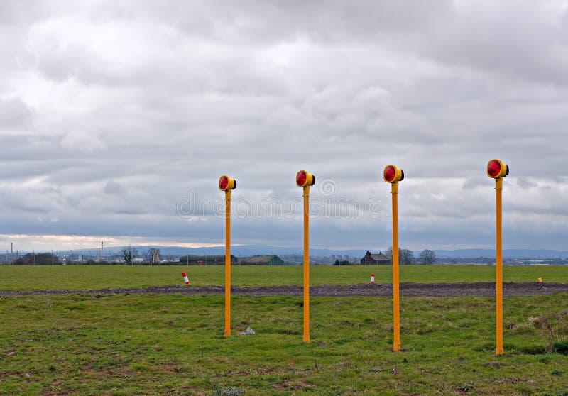 Luces de aterrizaje del acercamiento del aeropuerto imagen de archivo libre de regalías