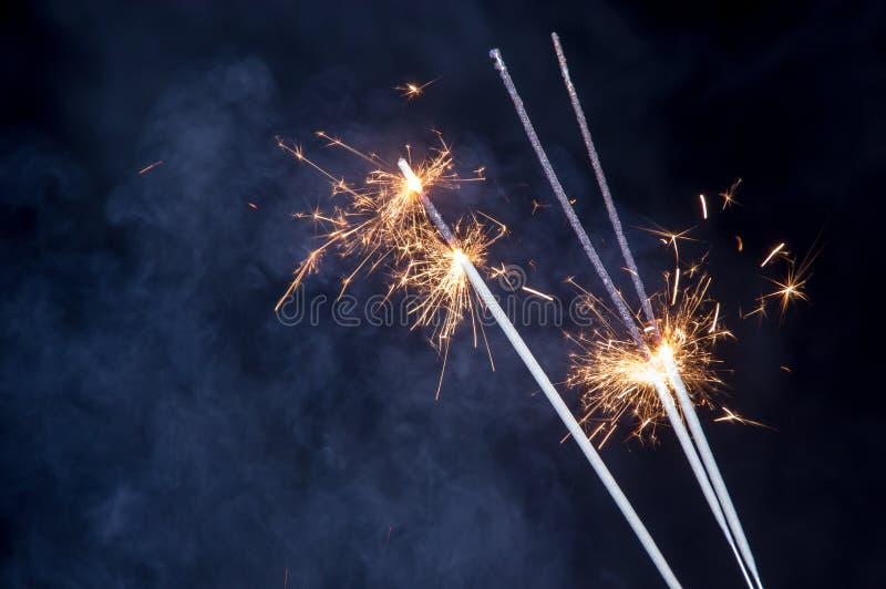 Luces de Bengala ardiendo con humo imagen de archivo