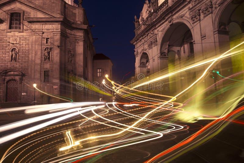 Luces de calle de la ciudad de Praga en la noche, República Checa imagenes de archivo