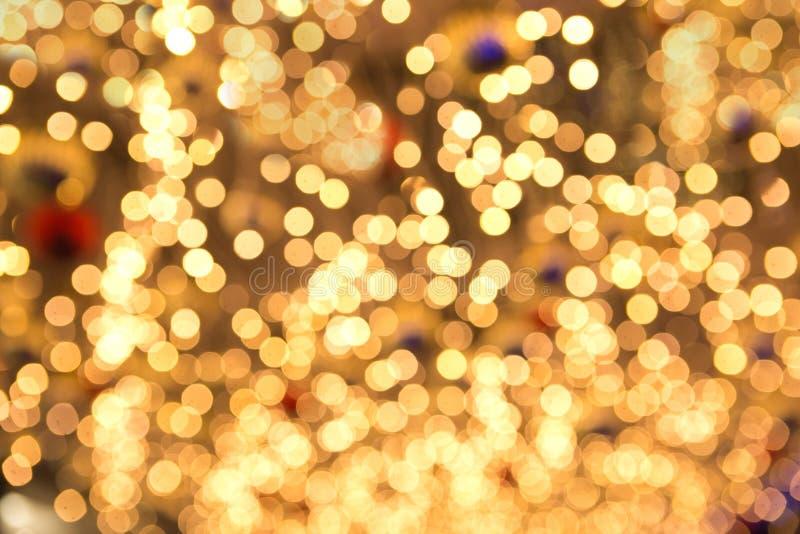 Luces de hadas de la Navidad amarilla hermosa en el dof bajo foto de archivo libre de regalías