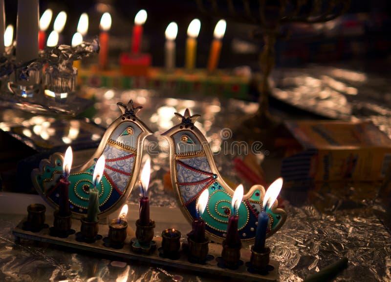 Luces de Hanukkah con el candelero artístico imágenes de archivo libres de regalías