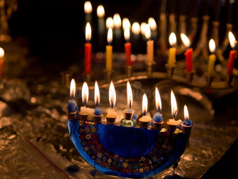Luces de Hanukkah con el candelero artístico fotos de archivo