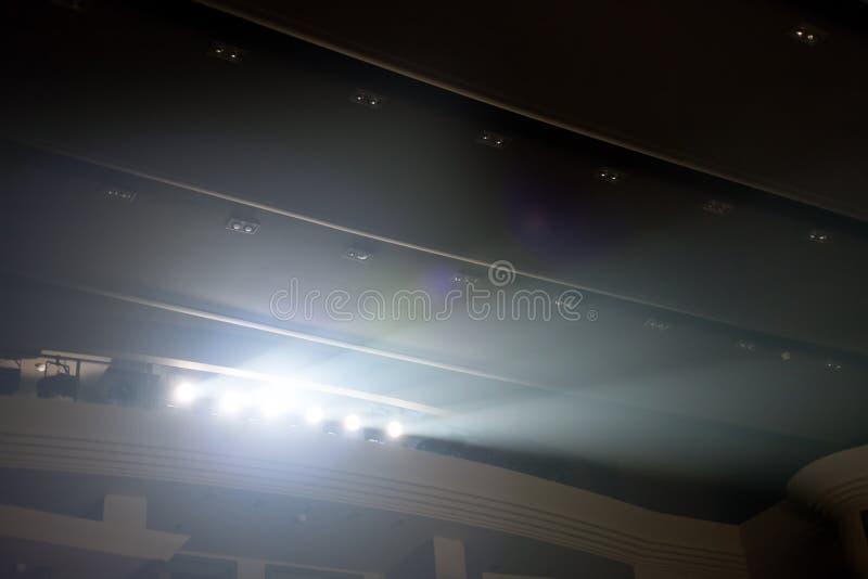 luces de inundaci?n de iluminaci?n en el teatro fotos de archivo libres de regalías