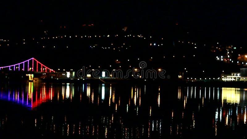 Luces de la ciudad de la noche sobre el río almacen de video