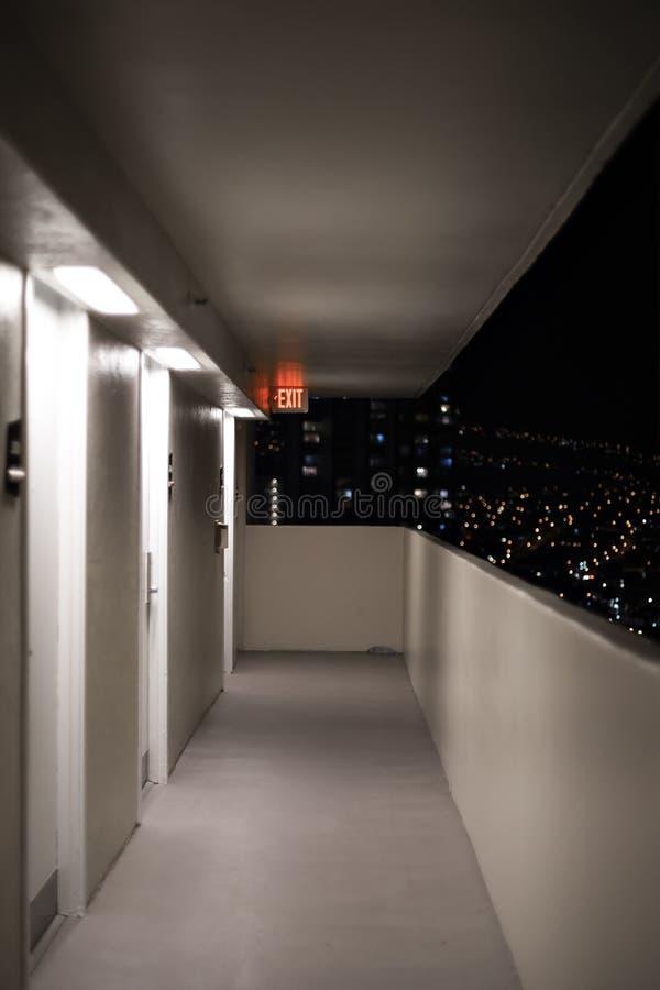 Luces de la ciudad en la forma del tiro de la noche un balcón con la muestra de la SALIDA imágenes de archivo libres de regalías