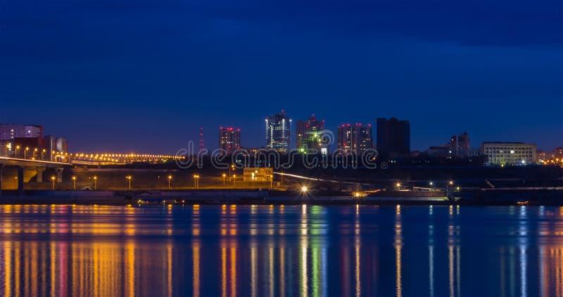 Luces de la ciudad en la noche imagen de archivo