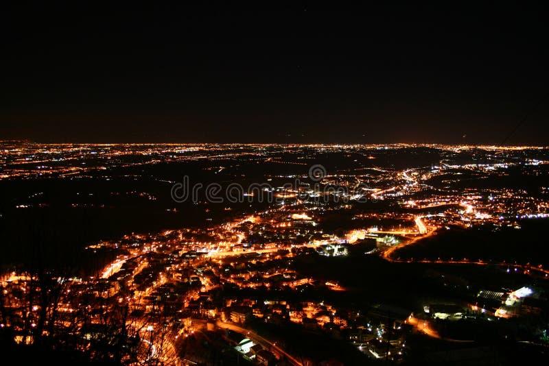 Luces de la ciudad en un valle imágenes de archivo libres de regalías